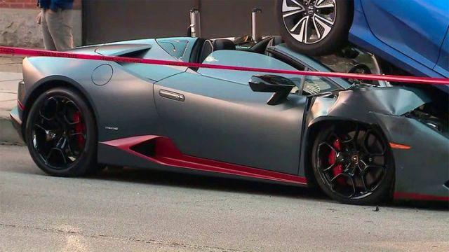 Кабриолет Lamborghini Huracan заехал под припаркованный автомобиль (5 фото)