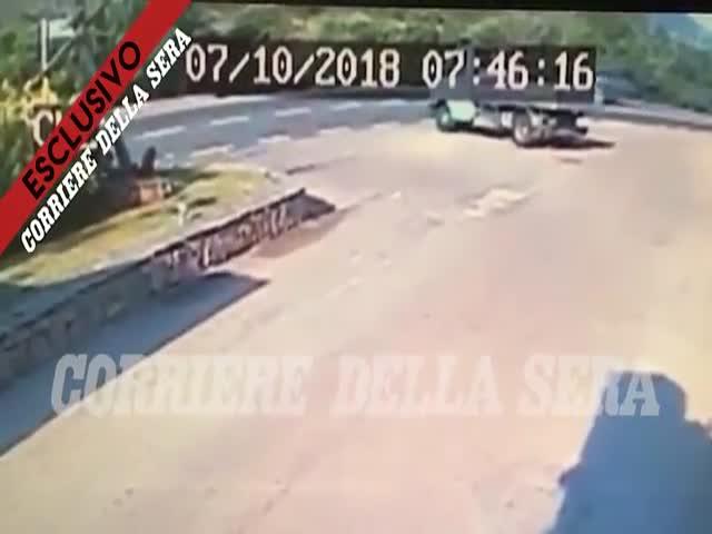Авария Джорджа Клуни на мотоцикле, снятая камерой видеонаблюдения