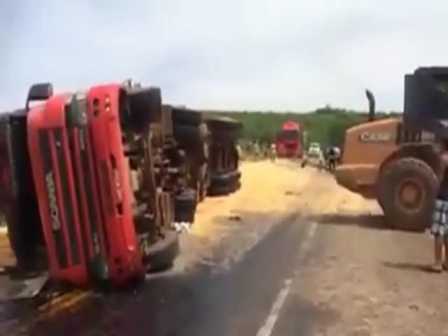Спасение перевернувшегося грузовика пошло не плану