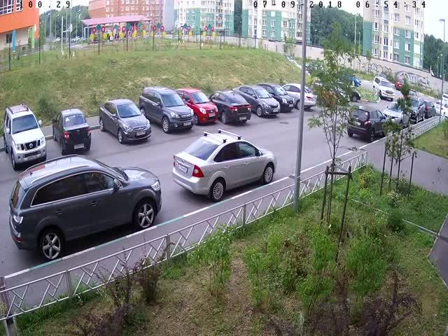 Женщина за рулем протаранила несколько автомобилей, выезжая с парковки