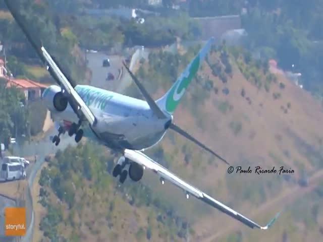 Экстремальная посадка самолета в условиях мощного бокового ветра