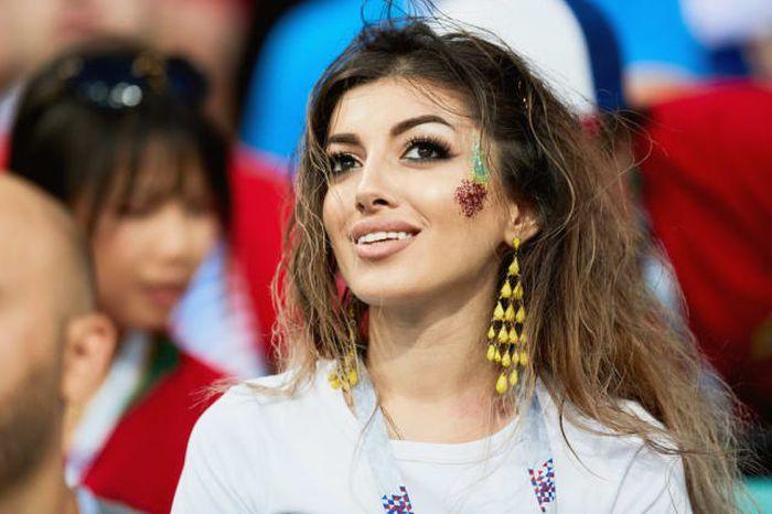 Федерация футбола попросила реже показывать привлекательных болельщиц (31 фото)