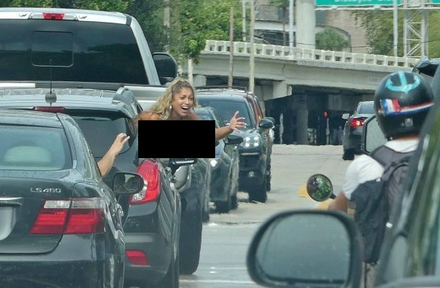 Девушка решила подбодрить Бекхэма, показав ему грудь (4 фото)