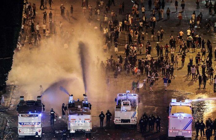 Массовые беспорядки и погромы во Франции после победы в ЧМ (25 фото + 6 видео)