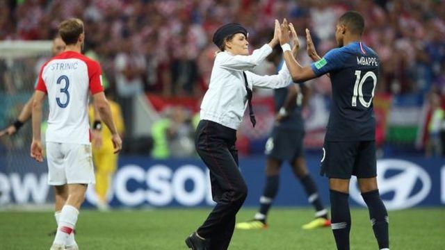 "Четверо участников ""Pussy Riot"" выбежали на поле во время матча ""Франция - Хорватия"" (6 фото + 2 видео)"