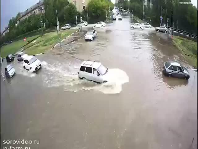 Как после ливня улица превращается в водную преграду