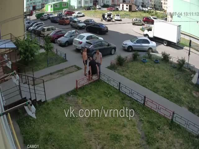 Местные алкоголики в Воронеже выбрали для себя жертву не по размеру