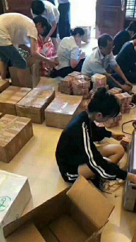 Полиция Китая арестовала мэра города, квартира которого была забита деньгами (2 фото)