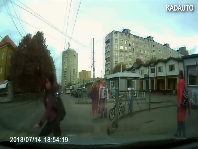 Девушка прыгнула прямо под колеса автомобиля
