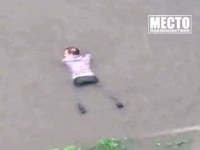 Мужчина так обрадовался дождю, что решил поплавать в луже