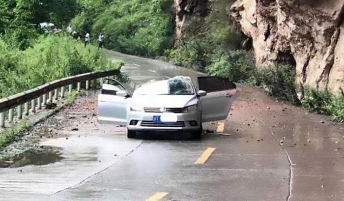 Огромный камень упал на автомобиль с четырьмя пассажирами (3 фото + видео)