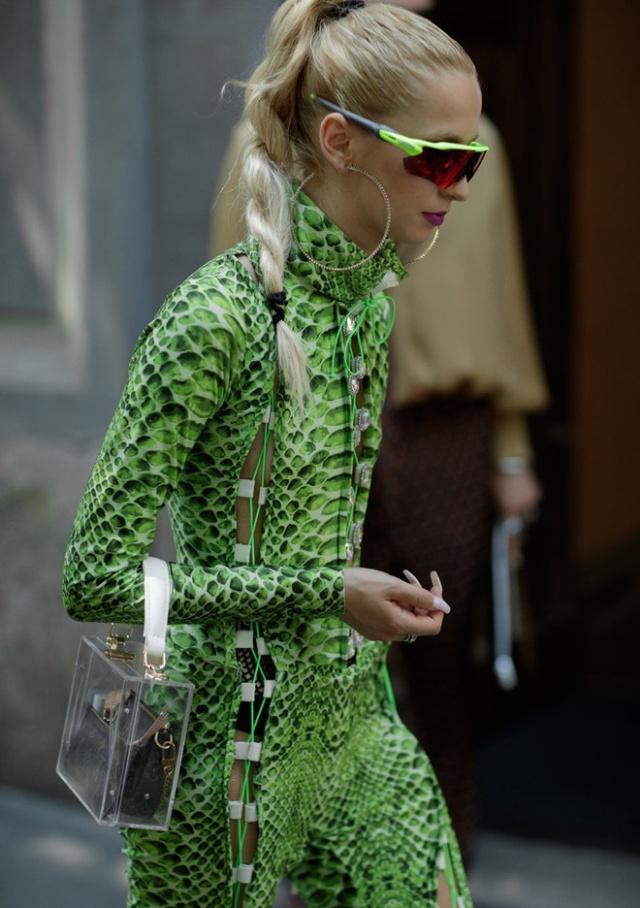 Девушка со странным аксессуаром (2 фото)