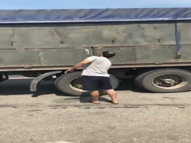 Расстроенный водитель грузовика решил разгрузить зерно прямо на дороге