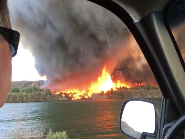 Огненный торнадо превратился в водяной смерч