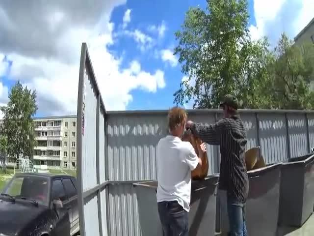 Мужики решили вскрыть вздутый пивной кег