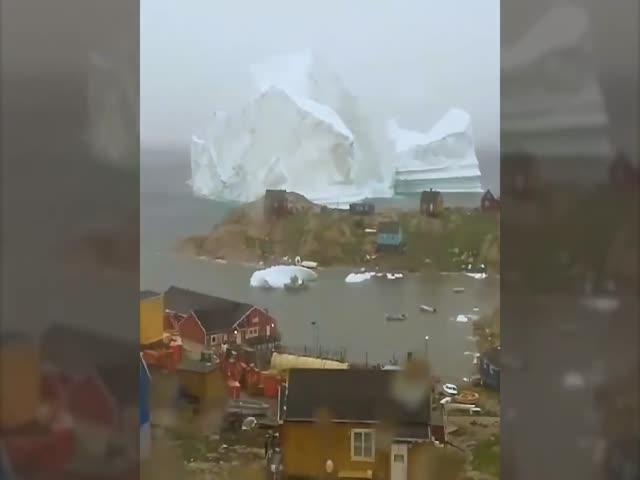 Огромный айсберг проплыл мимо деревни в Гренландии