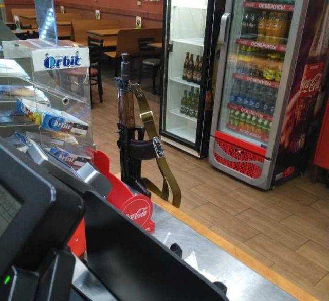 Бойцы ОВО Росгвардии забыли оружие в одном из кафе Санкт-Петербурга (5 фото)