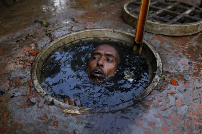 Худшая работа в мире: чистильщик канализации в Бангладеш (7 фото)