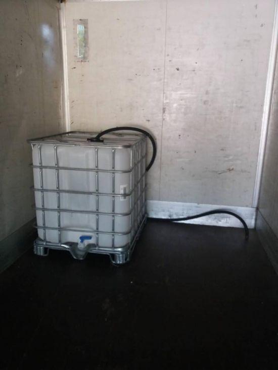 Дальнобойщики задержали вора, который хотел слить топливо с фуры (8 фото)