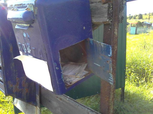 Забытый почтовый ящик с письмами внутри (4 фото)