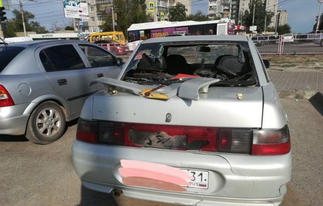В Волгограде девушка разбила костылём все стекла в чужом автомобиле (5 фото + видео)