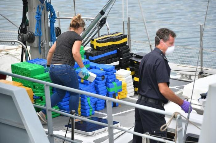 Зарегистрированная в Голландии яхта перевозила 1600 кг чистого кокаина (4 фото)