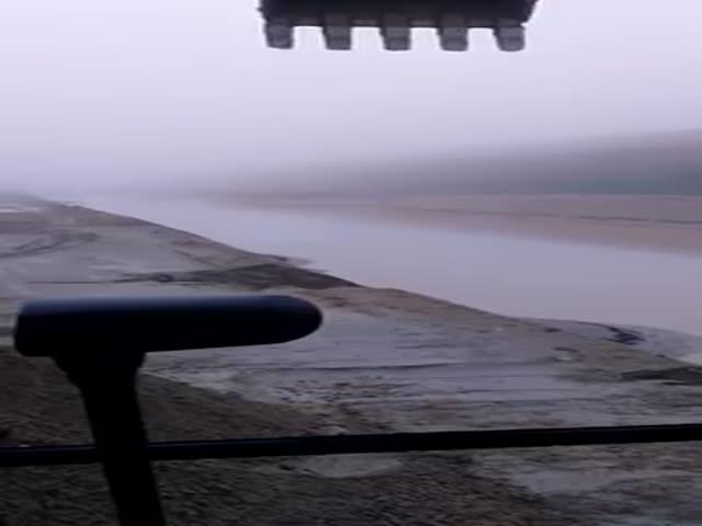 Осушение затопленного после дождя котлована при помощи экскаватора