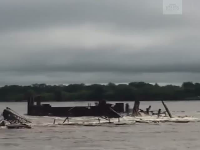 Река Амур вышла из берегов и снесла строительную площадку с подъемным краном