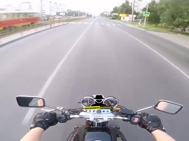 Любительница писать сообщение за рулем и мотоциклист