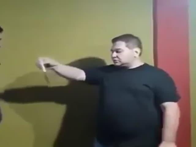 Испанский мастер боевых искусств показывает технику самообороны