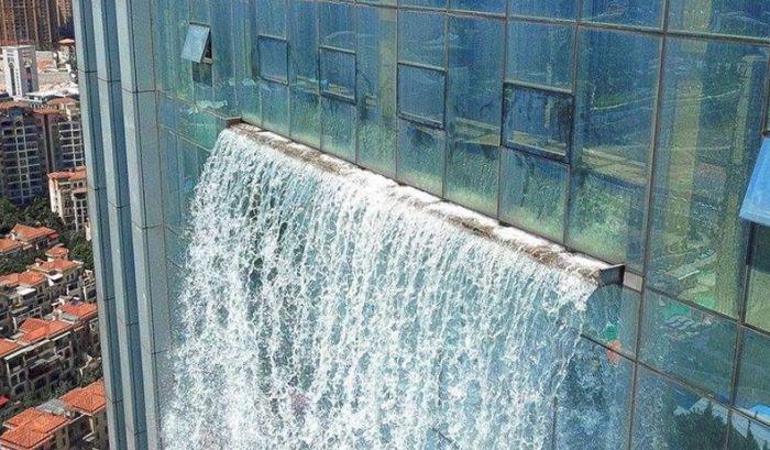 В Китае построили 108-метровый водопад, стекающий со стены небоскреба (4 фото + видео)