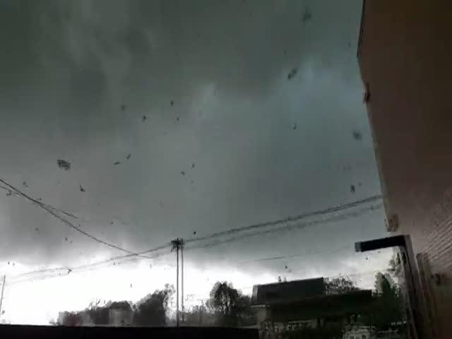Американец снял торнадо, оказавшись в его эпицентре