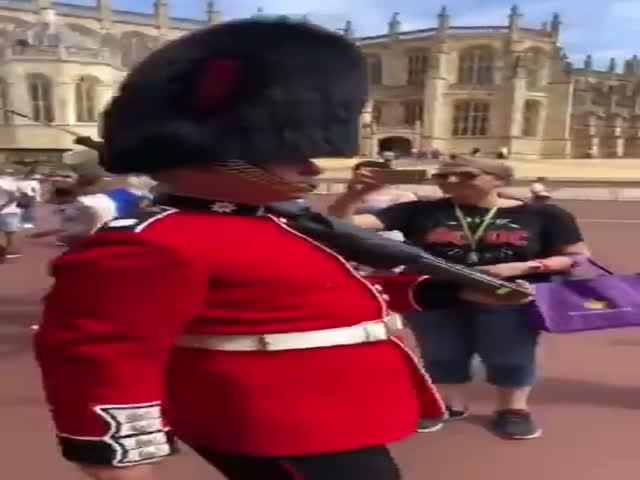 Королевская гвардия и туристка
