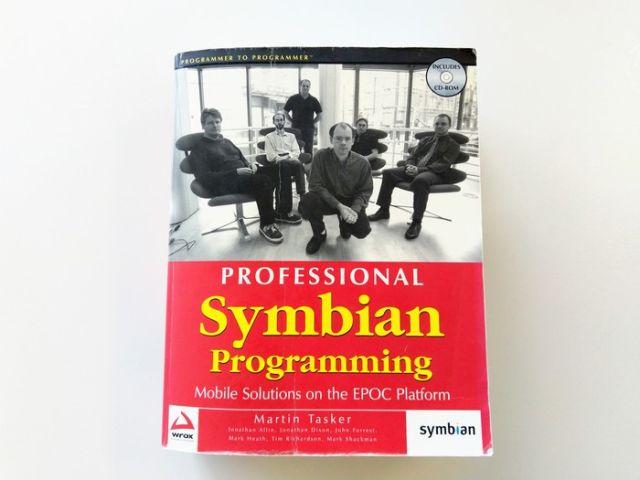 """Когда хочется почитать """"техническую литературу"""" на рабочем месте (2 фото)"""