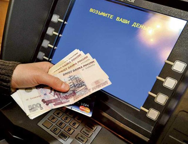 Пьяный россиянин отдал свою кредитную карту подростку, который попросил у него пару рублей (фото)