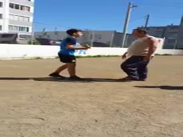 Мальчик легким движением уронил напавшего на него мужчину