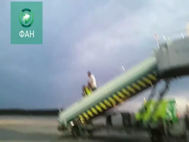 Пьяный пассажир устроил драку с сотрудником службы безопасности московского аэропорта