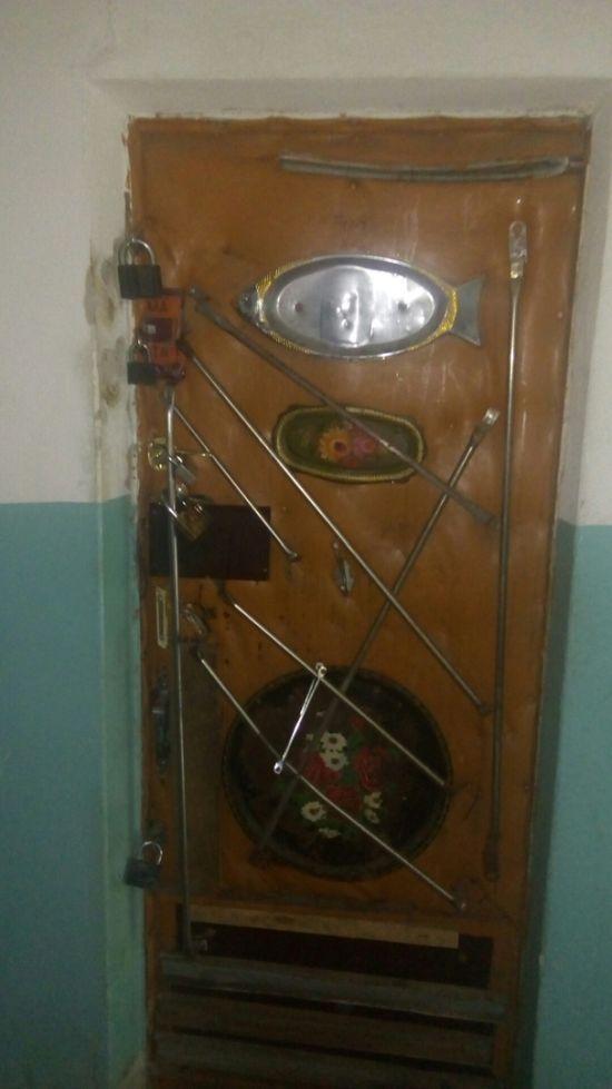 Суровая челябинская дверь в квартиру (фото)
