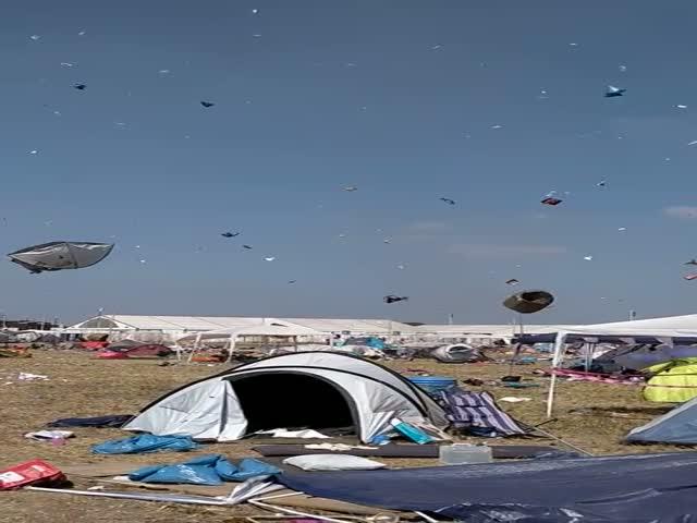 Торнадо сорвал сотни палаток отдыхающих на музыкальном фестивале в Германии