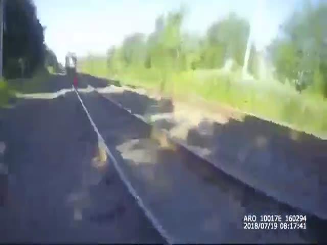 Офицер спас спящего на железнодорожных путях мужчину от приближающего поезда