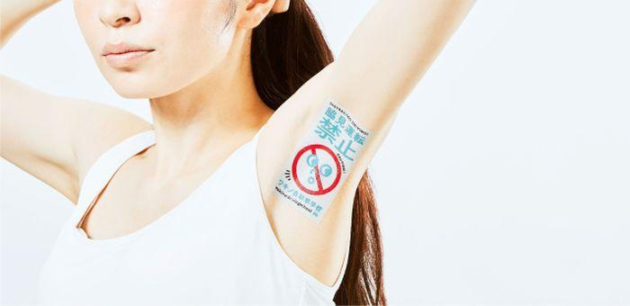 Японское рекламное агентство начало наносить рекламу на подмышки (7 фото)