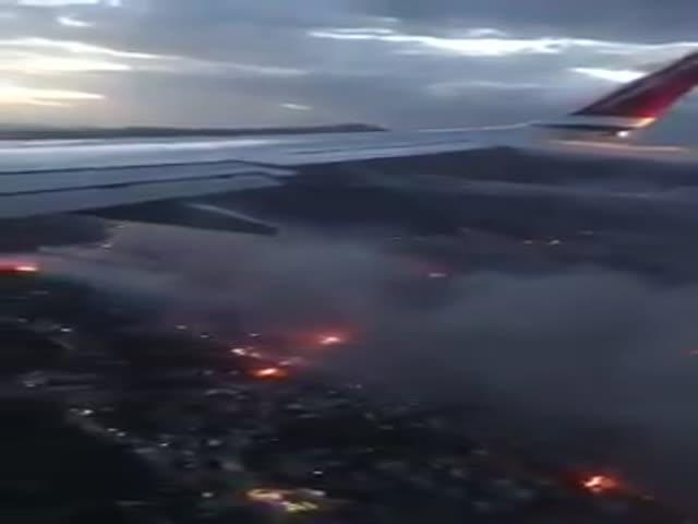Лесные пожары в Греции - вид из самолета