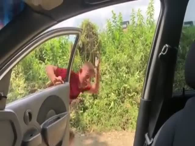 Водитель проучил товарища за флешмоб Kiki Challenge