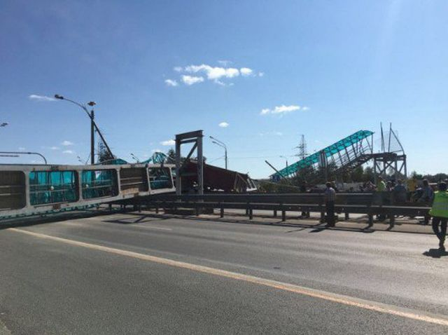 На Ярославском шоссе на выезде из Пушкино самосвал снес пешеходный мост (5 фото + видео)