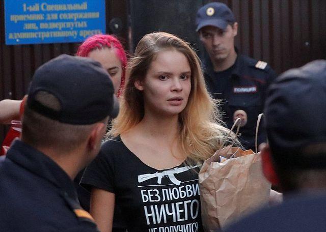 Активистов Pussy Riot повторно задержали после 15 суток ареста (5 фото + видео)