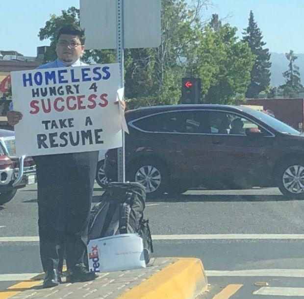 Бездомный программист просил прохожих взять его резюме (2 фото)