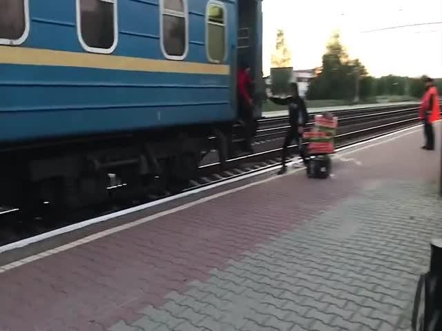 """Женщина не успела """"загрузиться"""" в поезд"""