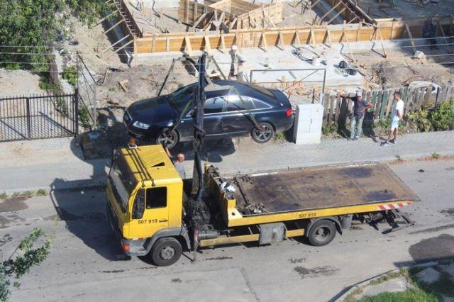 Нарушитель правил парковки, который любит крепко спать (8 фото)