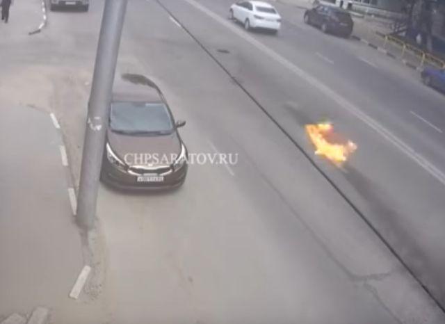 Автомобиль Audi полностью сгорел после того, как наехал на крышку люка (7 фото + видео)
