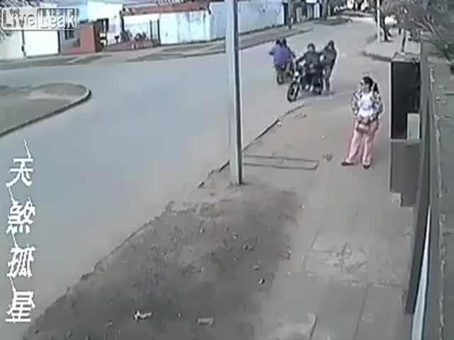 Женщина необычным образом спасла свою сумку от воров